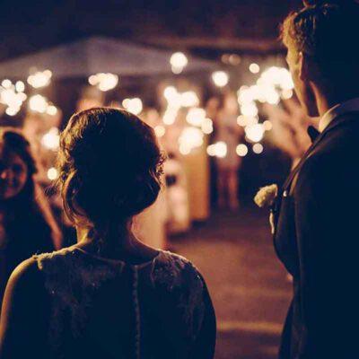 Romantische Stimmung auf einer Hochzeitsfeier mit Wunderkerzen